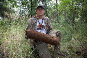 Marcin ze swoim największym znaleziskiem ostatnich dni - radziecką butlą gazową (fot. Marcin Butryn)