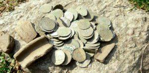 """XV-wieczny skarb szelągów krzyżackich, odkryty przez suski """"Klub Odkrywcy"""""""